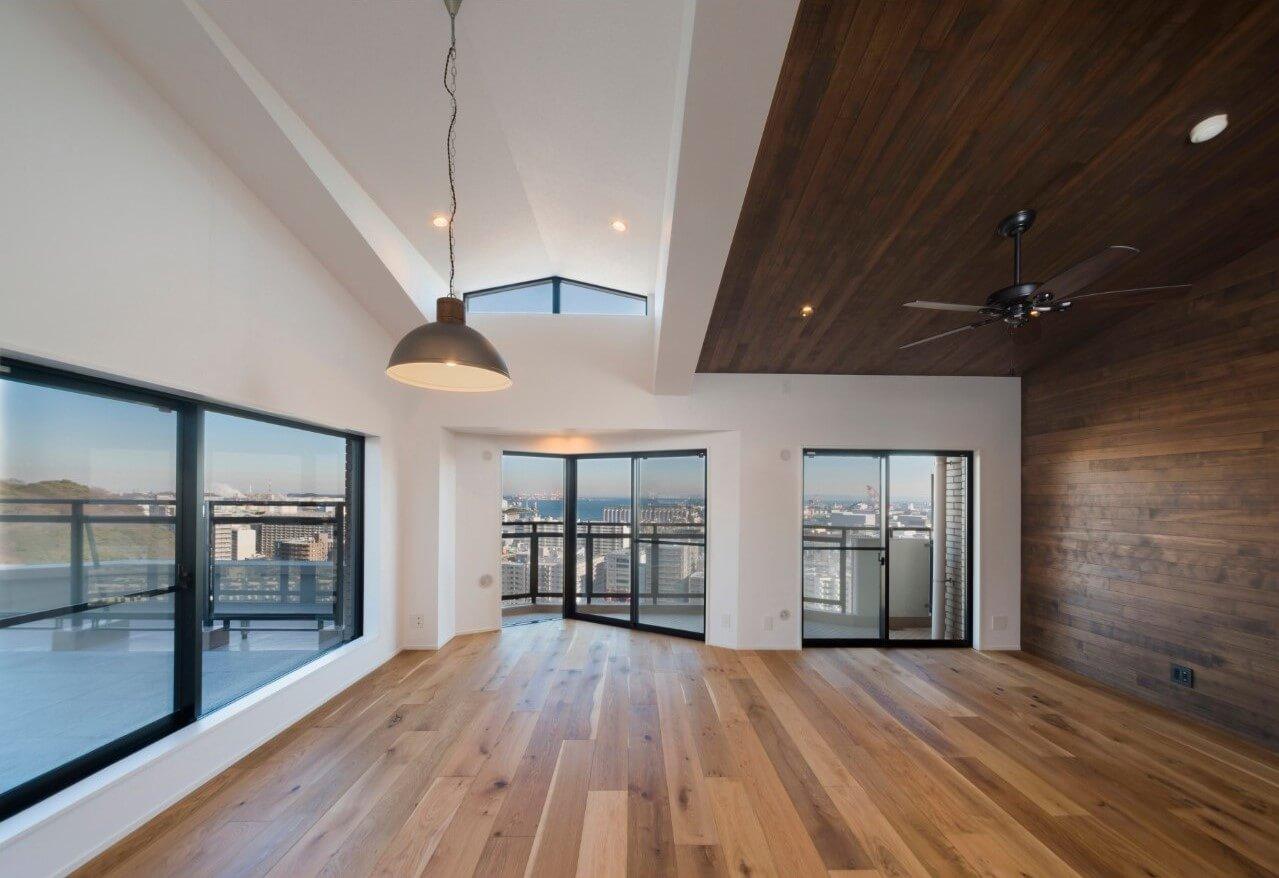 見上げるほどの天井高と大きな窓が織りなす開放感